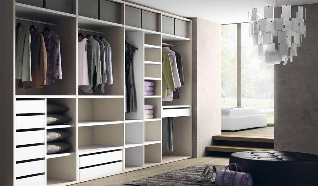 Interior de armario con cajones y estantes