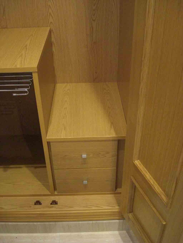 armario empotrado de obra detalle rodapi de obra e interior