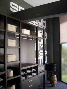 Distribución interior armario con estantes y cajones