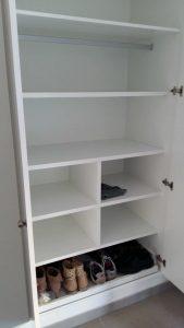Interior con estantes y extraible zapatero