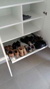 Interior armario de obra con estante extraible zapatero