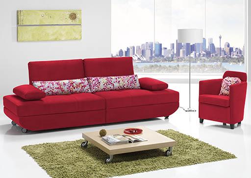 Sofá liso y cojines geométricos